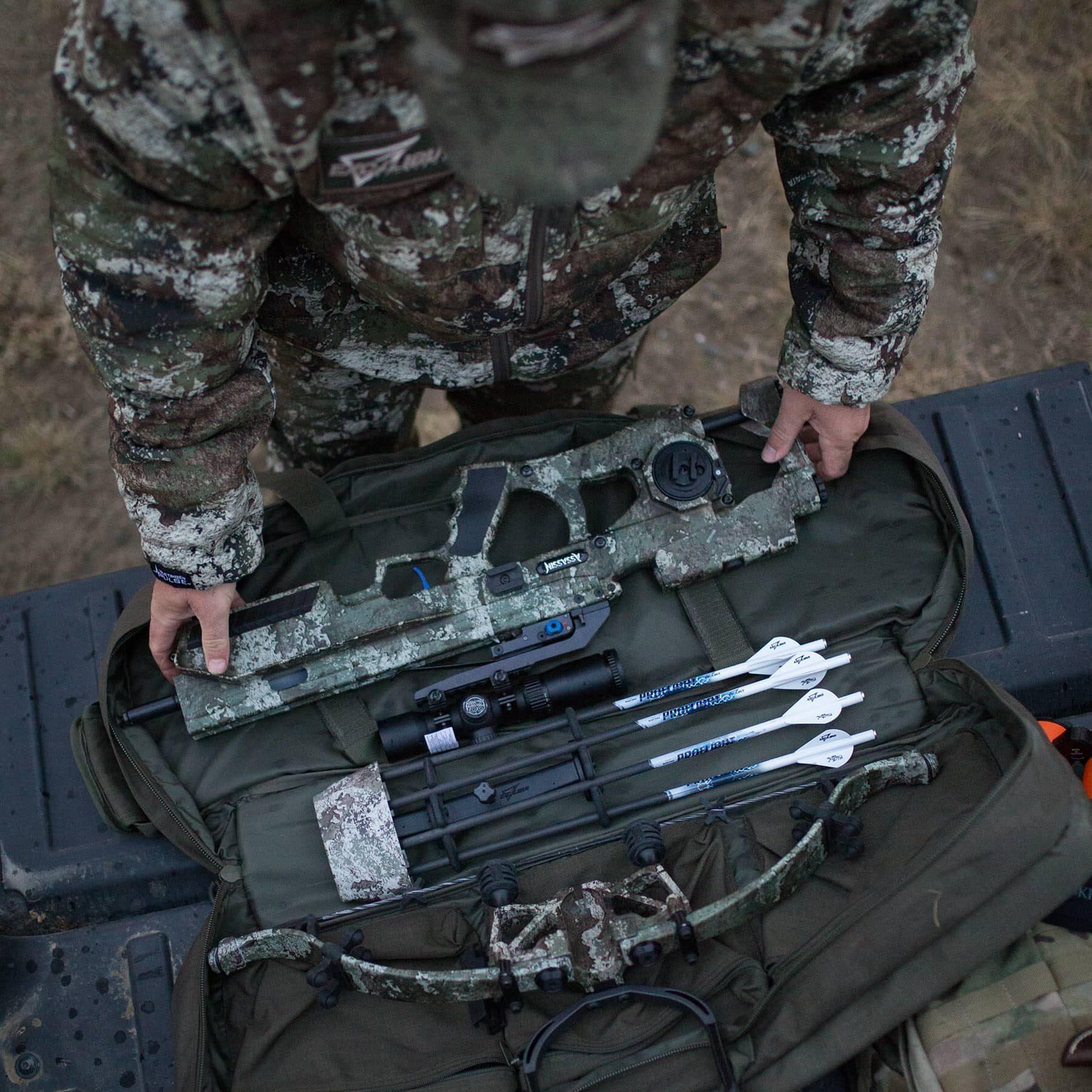 vista aérea del cazador desempacando las piezas del asesino 400