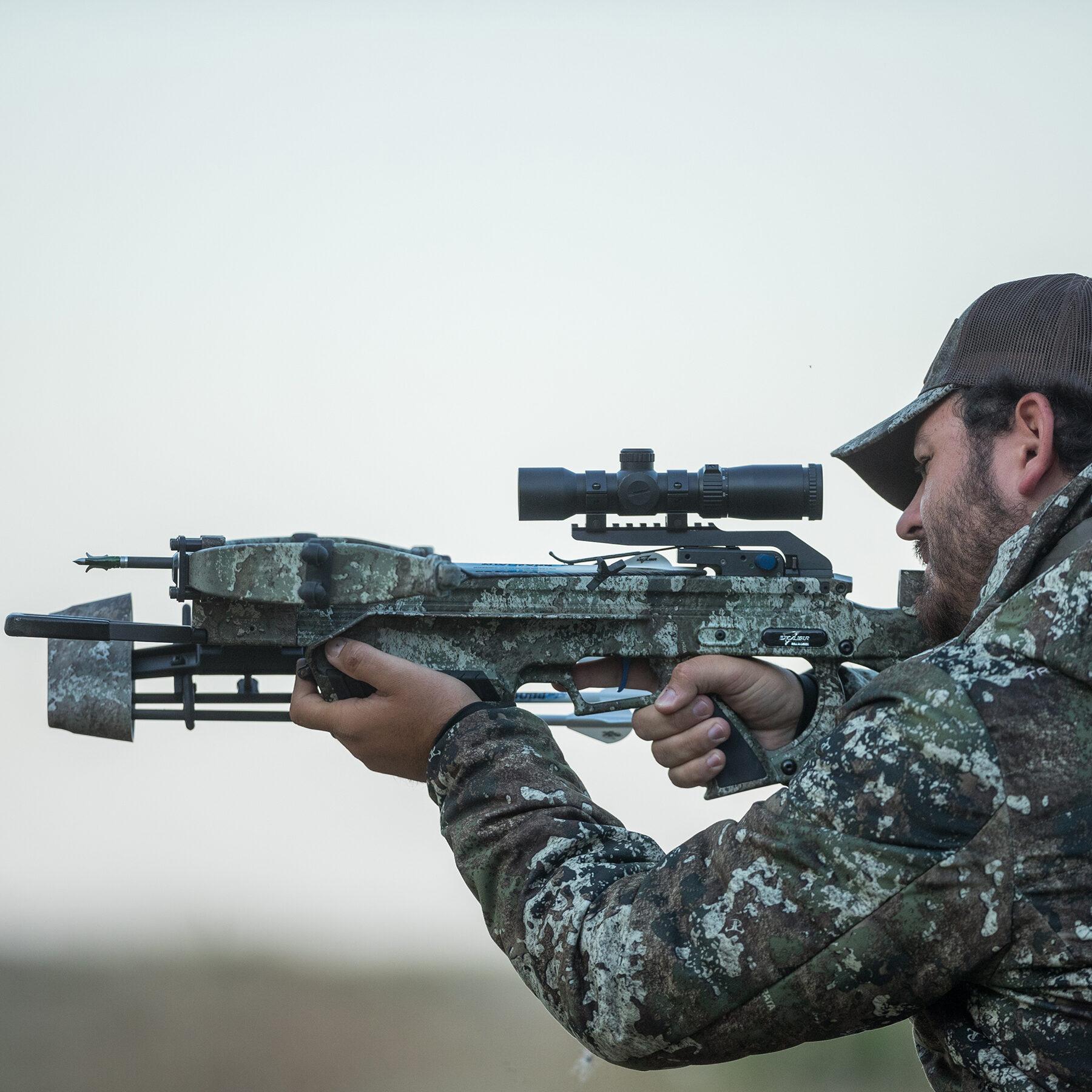 vista lateral de hunter apuntando al assassin 400