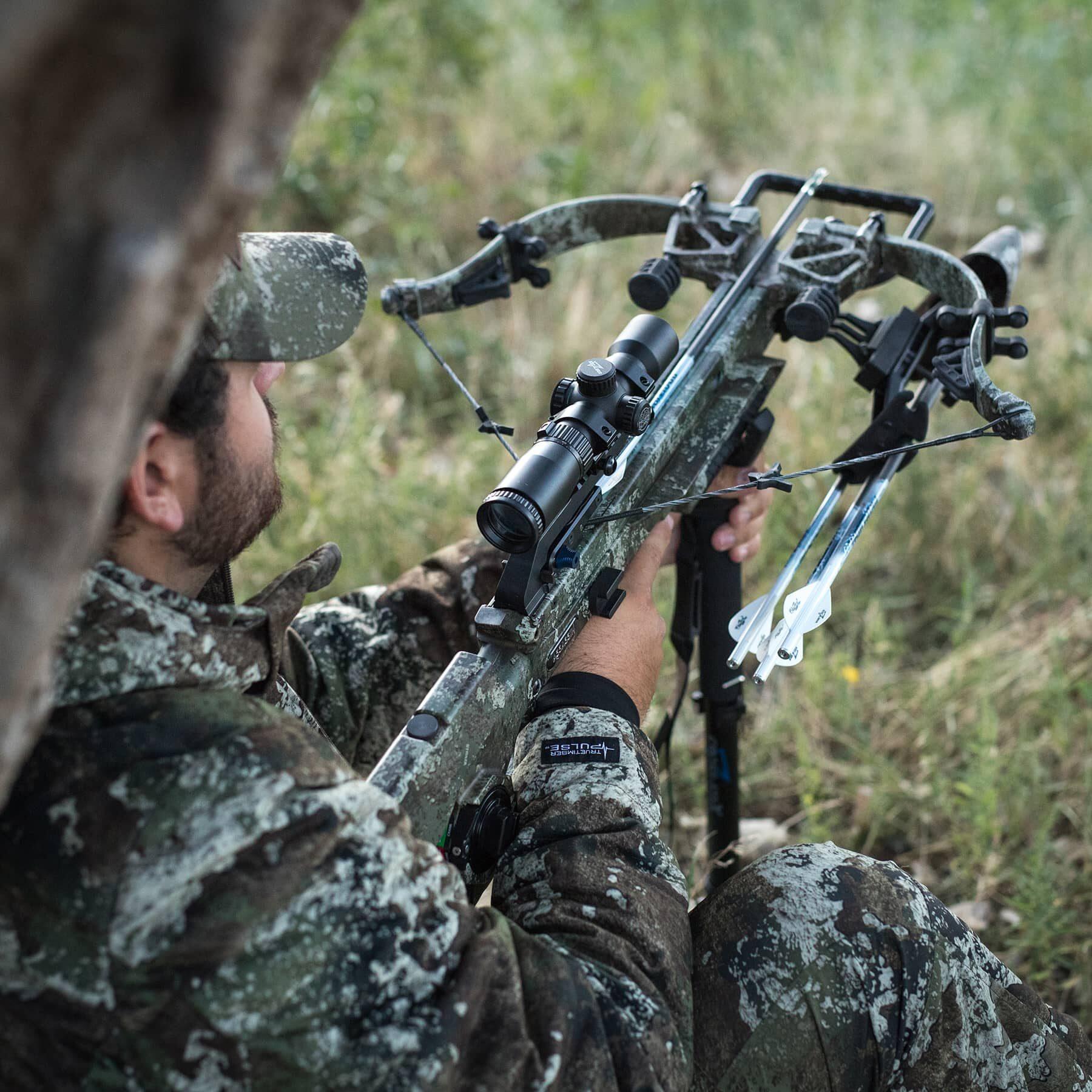 cazador sentado contra un árbol, sosteniendo al asesino 400
